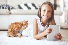 Pre tonårig flicka med minnestavlaPC Arkivfoton