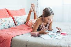 Pre tonårig flicka som gör skolaläxa Royaltyfri Foto