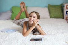 Pre tonårig flicka som hemma kopplar av royaltyfri foto