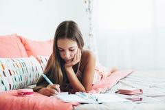 Pre tonårig flickahandstildagbok Royaltyfri Bild