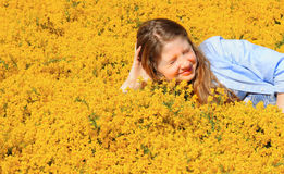 Preadolescente en amarillo Imagen de archivo