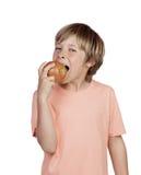 Preadolescente que come una manzana roja Imagenes de archivo