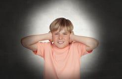 Preadolescente que cubre sus oídos Foto de archivo