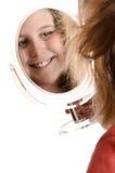Preadolescente que mira en espejo Fotos de archivo