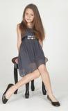 Preadolescente que presenta en un vestido Imagen de archivo