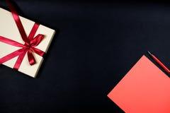 Preaent en rood blad van document op zwarte royalty-vrije stock fotografie
