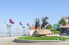 Preah Sisowath Quay avec le monument aux montants éligibles maximum de Techo de guerriers Photos libres de droits