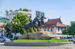 Preah Sisowath Quay avec le monument aux montants éligibles maximum et au Techo Yot de Techo de guerriers Image stock