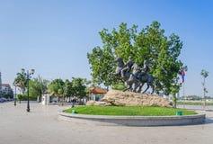 Preah Sisowath Quay avec le monument aux montants éligibles maximum et au Techo Yot de Techo de guerriers Photographie stock libre de droits