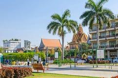 Preah Sisowath Quay dans Phnom Penh avec des personnes appréciant l'eveni Image stock