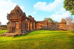 Preah Vihear świątynia lokalizuje w przyjemnym środowisku z atrakcyjną wsią na wschód od w połowie sekci nieznacznie zdjęcie royalty free