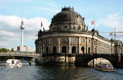 Preannunciare-museo con due barche dal fiume immagine stock libera da diritti