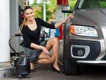 Preassure de medição nos pneus Imagem de Stock Royalty Free