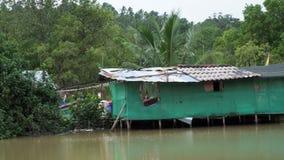 Precários no rio Pobreza no conceito de Ásia filme