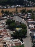Precaire huizen op de banken van de Ozama-Rivier Royalty-vrije Stock Foto