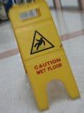 Precaución mojada del suelo Foto de archivo libre de regalías