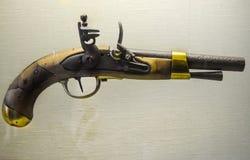 Precedente pistola con il piatto posteriore con le belle marcature Fotografie Stock Libere da Diritti