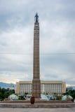Precedenti Parlamento e monumento kazaki di libertà, Almaty Immagine Stock