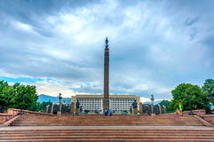 Precedenti Parlamento e monumento kazaki di libertà, Almaty Immagini Stock
