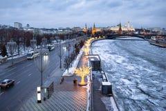 Prechistenskaya堤防在莫斯科在冬天 免版税库存图片