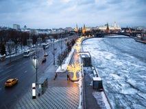 Prechistenskaya堤防在莫斯科在晚上 图库摄影