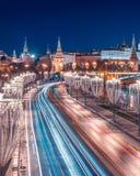 Prechistenskaya invallning i nytt års landskap kremlin Jullyktagarneringar längs vägen arkivfoto