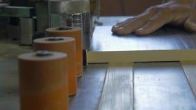 Precintadora de borde en la producción de muebles Máquina manual para la producción de los muebles Producción de pegamento de los almacen de metraje de vídeo