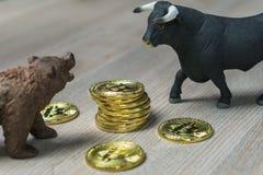 Precio de Cryptocurrency Bitcoin con concepto de la tendencia del toro y del oso imagenes de archivo