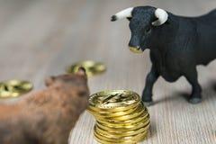 Precio de Cryptocurrency Bitcoin con concepto de la tendencia del toro y del oso foto de archivo