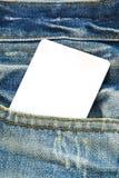 Precio de la etiqueta del papel en blanco en la mezclilla azul Foto de archivo libre de regalías