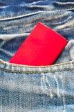 Precio de la etiqueta del papel en blanco en la mezclilla azul Fotos de archivo