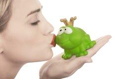 Precio de la rana que es besado por una señora hermosa Fotografía de archivo
