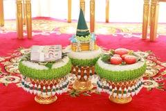 Precio o dote del ` s del anillo de bodas y de la novia en ceremonia de boda tailandesa foto de archivo libre de regalías