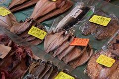 Precios atados con los pescados Imagen de archivo