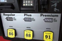 Precios de la gasolina bajos en la bomba Foto de archivo libre de regalías