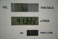Precios de la gasolina bajos en la bomba Fotos de archivo libres de regalías