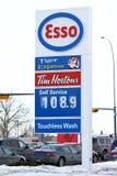 Precios de la gasolina de levantamiento Foto de archivo