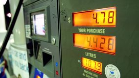 Precios de la gasolina de levantamiento en pedregal de la bomba de la estación almacen de metraje de vídeo