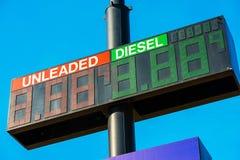 Precios de la gasolina en la gasolinera Fotografía de archivo libre de regalías