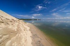 Precipicio de la arena en el escupitajo de Curonian Foto de archivo libre de regalías