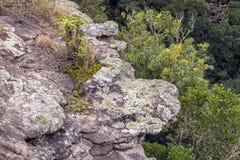 Precipicio de la roca que extiende hacia fuera sobre la garganta profunda imagenes de archivo