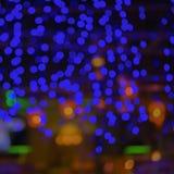 Precipitação abstrata da cidade do borrão ou fundo roxo da luz do bokeh do amarelo do verde azul do clube noturno Imagem de Stock
