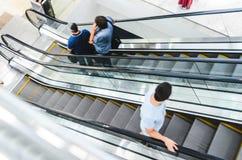Precipitação dos povos no movimento da escada rolante borrado Fotografia de Stock