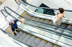 Precipitação dos povos no movimento da escada rolante borrado Fotografia de Stock Royalty Free