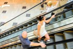 Precipitação dos povos no movimento da escada rolante borrado Fotos de Stock Royalty Free