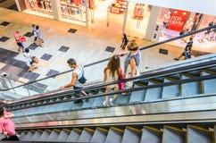 Precipitação dos povos no movimento da escada rolante borrado Imagens de Stock