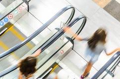 Precipitação dos povos no movimento da escada rolante borrado Imagens de Stock Royalty Free