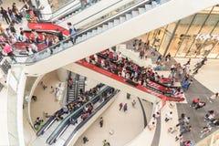 Precipitación de la muchedumbre de la gente en escaleras de lujo del interior de la alameda de las compras foto de archivo