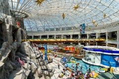 Precipitación de la muchedumbre de la gente en interior de lujo de la alameda de las compras Imágenes de archivo libres de regalías