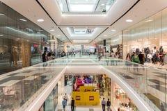 Precipitación de los compradores en interior de lujo de la alameda de compras Imagen de archivo libre de regalías